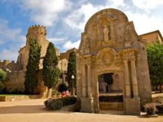 Monasterio con museo 'Espai Carmen Thyssen', A solo 20 mins. andando.
