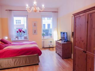 south facing flat with super large Kingsize bed, drawer, wardrobe, pull out arm chair Südzimmer
