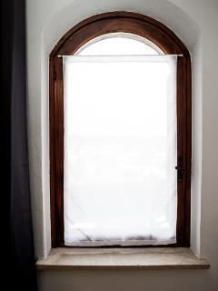 ambiente molto luminoso, particolare finestra della sala.