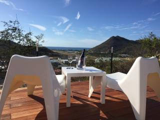 THE ROCK 1 New Seaview Duplex Condo with Jacuzzi !, Orient Bay