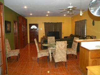 3 Bed 2 Bath Upper apartment in Belize City, Ciudad de Belice