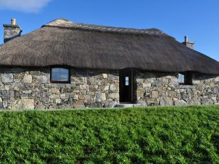 Cozy Thatched Cottage Loch Boisdale South Uist