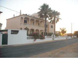 Villa Sonia, sea view, next to the beach and city., Armacao de Pera