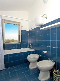 Bathroom shared by the 2 twin beds rooms