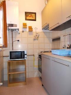 Cucina appena rimodernata, con forno a microonde e lavastoviglie