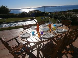 Villa ensoleillée  vue mer  piscine chauffée, Hyeres
