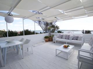Ático con terraza  y vistas al mar, junto playa