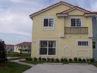 Spacious Townhome with wifi, water view, hot tub, Kissimmee