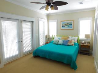 Lots of Outdoor Living 2 BLOCKS from BEACH!!, Santa Rosa Beach