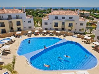 Luxury 2 bed apartment in O Pomar resort, Cabanas