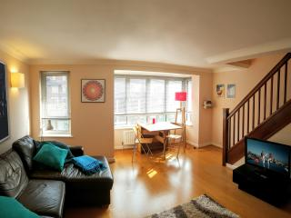 Centrally located 1 Bedroom Duplex Apt w/ Parking, Londres