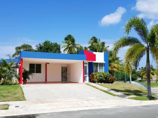 Intimate Beach House, Relaxing Atmosphere, Coastal View, Arecibo