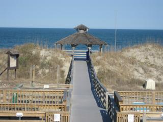 Sweet villa 650 Feet to Ocean, 4 BR Corolla Light Resort w/ amenities Hot Tub