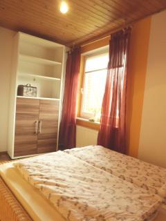 Schlafzimmer (2) mit Doppelbett (1,4x2m), Außenjalousie und Kleiderschrank