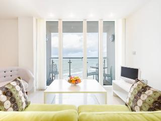 12 Rocklands 1 bed apartment with balcony and stunning sea views over Newquay Bay.