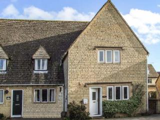 ROSEMARY COTTAGE, end-terrace, over 3 floors, en-suite, parking, garden, in Bourton-on-the-Water, Ref 935550