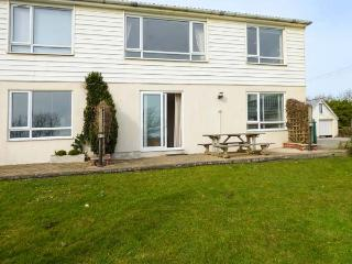 SEA AYR, cosy and bright ground floor apartment, parking, private patio, shared lawn, in Bude, Ref 935092