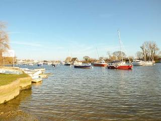 CAPTAINS RETREAT, well-equipped holiday home, WiFi, allocated parking, enclosed decked garden, in Christchurch, Ref 934482