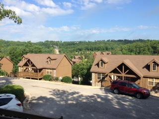 $135 Open Nights August Cabin Branson close to CDS,pool, golf, fishing,tennis