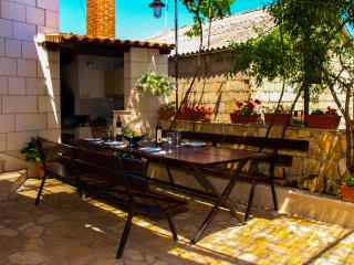 Family apartment with yard, Supetar