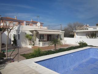Casa con piscina, barbacoa y jardin