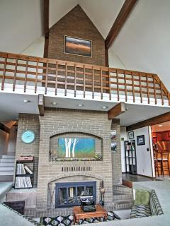 'Aspen Lodge' Spacious 5BR Leavenworth House w/Wifi, Private Hot Tub & Phenomenal Mountain Views – Walk to the City Center! Easy Access to Endless Outdoor Activities!