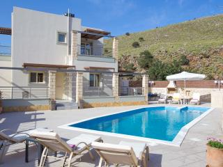 New Holiday Villa Stone & Green, 3 km From Beach+BBQ+Childrens Area! Sea Views.