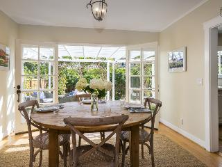 Stunning home in central location with private backyard, bright and airy - Montecito Garden Getaway