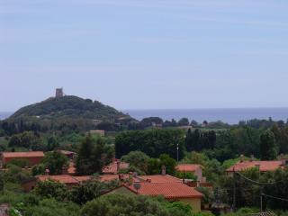Esterni: vista della Torre di Chia dal patio superiore