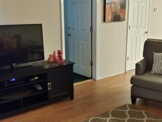 Large Flat Screen TV/DVD Player Free WI-FI and Cable