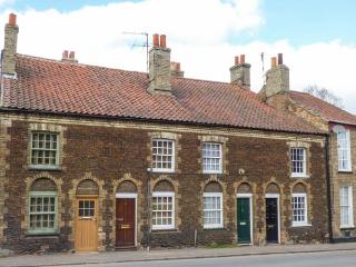 HAYDN'S COTTAGE, pet-friendly, amenities on the doorstep, off road parking, Downham Market, Ref 933553