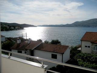 Sea View I Apt by the Beach in Okrug Gornji