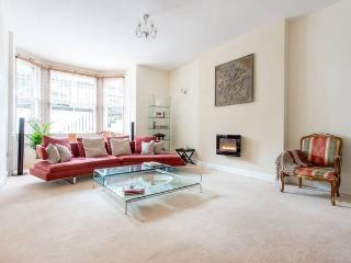 Palmerston House: luxury city centre garden flat with garage, Edinburgh