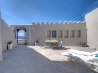 Luna Santorini Suites, Pyrgos