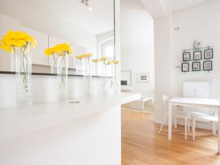BRIGHT & LUMINOUS FLAT IN KREUZBERG, Berlín