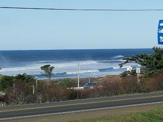 Ocean view home,  w/ hot tub - close to town & 4 blocks from the beach!, Yachats