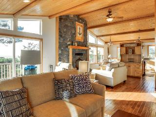 Upscale, sunny house with ocean views and private hot tub!, Waldport