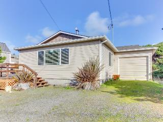 Casual house w/ ocean view, just steps away from the beach!, Rockaway Beach