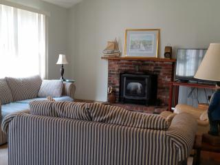 Living Room 12 x 22' with working gas fireplace