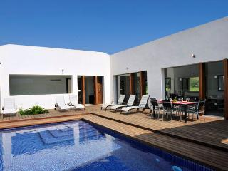 Exceptional modern style country house located between Pollensa and it's Puerto, with extraordinary pool it's ideal for 10 people - HM010CAL, Pollença