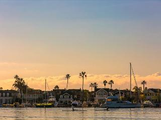 20% OFF SEPT DATES - Walk to Beach, Bay, Restaurants, Ferry and Fun Zone, Newport Beach
