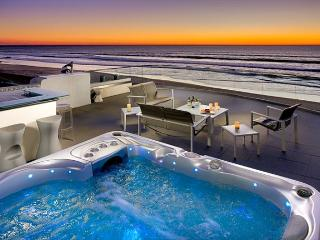 Spacious Beach Front Retreat - Rooftop Hot Tub w/ Amazing Views