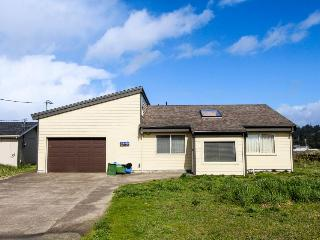 Pet-friendly Bayshore Beach home w/private dock & hot tub!, Waldport