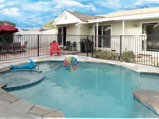 Walk to Disneyland - 4 Bedroom Pool Home-Sleeps 11
