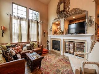 On the Old MIll Bluff -  Zen of luxury & design in downtown Bend w/a hot tub!