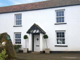 PARTRIDGE COTTAGE, semi-detached, on working farm, shared private beach, in Berrynarbor, Ref 933603