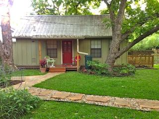 Private Quaint Backyard Cottage in Univ of TX area, Austin