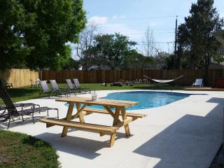Sleeps 8-12 HOUSE PRIVATE YARD/ POOL/SPA