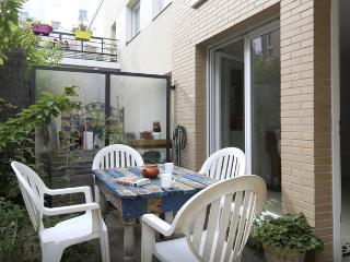 House, garden and parking 900 m from Paris