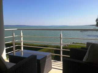 "Waterfront Panorama Apartment for 4+1 ""C"", Balatonboglar"